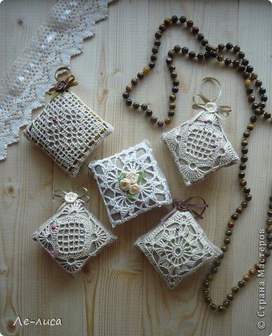 Очень люблю разные мелкие сувенирчики, лён, мешковину и поделки в стиле ЭКО. Эти игольницы у меня с ароматом можжевельника. Можно использовать их в качестве саше. фото 1
