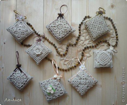 Очень люблю разные мелкие сувенирчики, лён, мешковину и поделки в стиле ЭКО. Эти игольницы у меня с ароматом можжевельника. Можно использовать их в качестве саше. фото 14