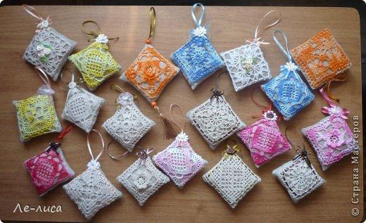Очень люблю разные мелкие сувенирчики, лён, мешковину и поделки в стиле ЭКО. Эти игольницы у меня с ароматом можжевельника. Можно использовать их в качестве саше. фото 28