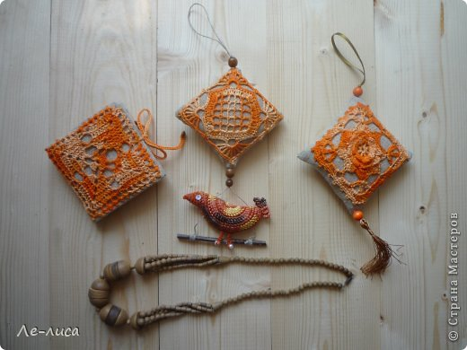 Очень люблю разные мелкие сувенирчики, лён, мешковину и поделки в стиле ЭКО. Эти игольницы у меня с ароматом можжевельника. Можно использовать их в качестве саше. фото 21