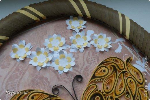 Сегодня я решила показать вам, дорогие мастерицы и мастера,бабочку в рамочке.При ее изготовлении использованы полоски шириной 3мм светло- желтого и коричневого цвета.Фон- бумага для скрапа светло-бежевого цвета с нарисоваными белыми цветочками, которые я сделала объемными с помощью дырокола. фото 3