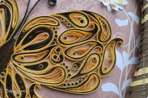 Сегодня я решила показать вам, дорогие мастерицы и мастера,бабочку в рамочке.При ее изготовлении использованы полоски шириной 3мм светло- желтого и коричневого цвета.Фон- бумага для скрапа светло-бежевого цвета с нарисоваными белыми цветочками, которые я сделала объемными с помощью дырокола. фото 4