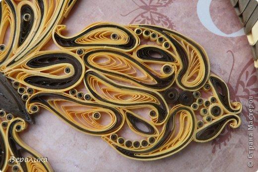Сегодня я решила показать вам, дорогие мастерицы и мастера,бабочку в рамочке.При ее изготовлении использованы полоски шириной 3мм светло- желтого и коричневого цвета.Фон- бумага для скрапа светло-бежевого цвета с нарисоваными белыми цветочками, которые я сделала объемными с помощью дырокола. фото 5