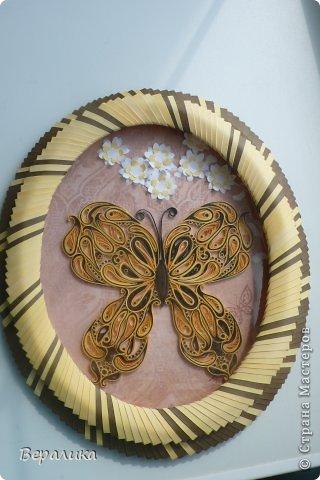 Сегодня я решила показать вам, дорогие мастерицы и мастера,бабочку в рамочке.При ее изготовлении использованы полоски шириной 3мм светло- желтого и коричневого цвета.Фон- бумага для скрапа светло-бежевого цвета с нарисоваными белыми цветочками, которые я сделала объемными с помощью дырокола. фото 7