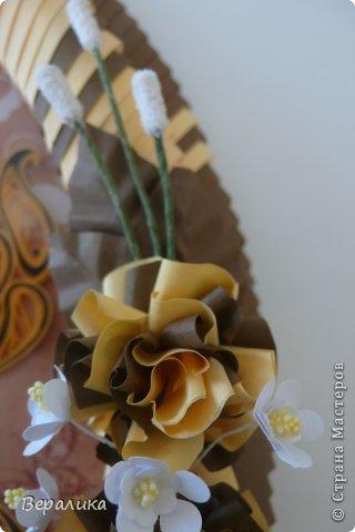 Сегодня я решила показать вам, дорогие мастерицы и мастера,бабочку в рамочке.При ее изготовлении использованы полоски шириной 3мм светло- желтого и коричневого цвета.Фон- бумага для скрапа светло-бежевого цвета с нарисоваными белыми цветочками, которые я сделала объемными с помощью дырокола. фото 8
