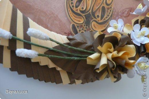 Сегодня я решила показать вам, дорогие мастерицы и мастера,бабочку в рамочке.При ее изготовлении использованы полоски шириной 3мм светло- желтого и коричневого цвета.Фон- бумага для скрапа светло-бежевого цвета с нарисоваными белыми цветочками, которые я сделала объемными с помощью дырокола. фото 9
