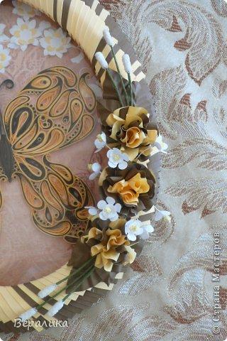 Сегодня я решила показать вам, дорогие мастерицы и мастера,бабочку в рамочке.При ее изготовлении использованы полоски шириной 3мм светло- желтого и коричневого цвета.Фон- бумага для скрапа светло-бежевого цвета с нарисоваными белыми цветочками, которые я сделала объемными с помощью дырокола. фото 12