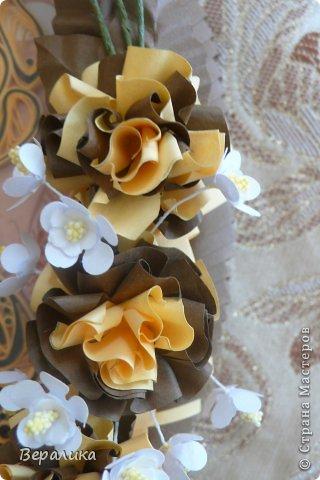 Сегодня я решила показать вам, дорогие мастерицы и мастера,бабочку в рамочке.При ее изготовлении использованы полоски шириной 3мм светло- желтого и коричневого цвета.Фон- бумага для скрапа светло-бежевого цвета с нарисоваными белыми цветочками, которые я сделала объемными с помощью дырокола. фото 11