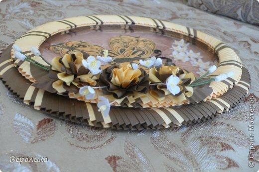 Сегодня я решила показать вам, дорогие мастерицы и мастера,бабочку в рамочке.При ее изготовлении использованы полоски шириной 3мм светло- желтого и коричневого цвета.Фон- бумага для скрапа светло-бежевого цвета с нарисоваными белыми цветочками, которые я сделала объемными с помощью дырокола. фото 13