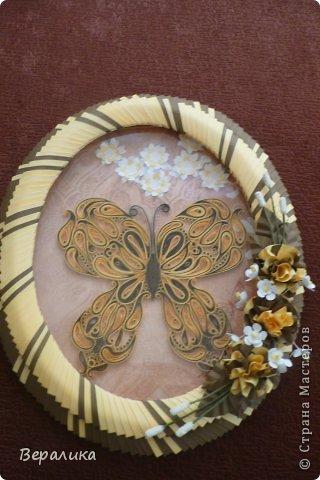 Сегодня я решила показать вам, дорогие мастерицы и мастера,бабочку в рамочке.При ее изготовлении использованы полоски шириной 3мм светло- желтого и коричневого цвета.Фон- бумага для скрапа светло-бежевого цвета с нарисоваными белыми цветочками, которые я сделала объемными с помощью дырокола. фото 15