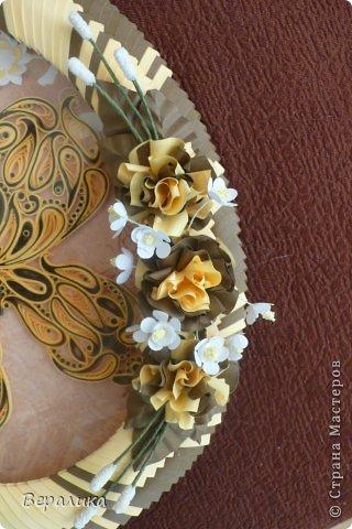 Сегодня я решила показать вам, дорогие мастерицы и мастера,бабочку в рамочке.При ее изготовлении использованы полоски шириной 3мм светло- желтого и коричневого цвета.Фон- бумага для скрапа светло-бежевого цвета с нарисоваными белыми цветочками, которые я сделала объемными с помощью дырокола. фото 16