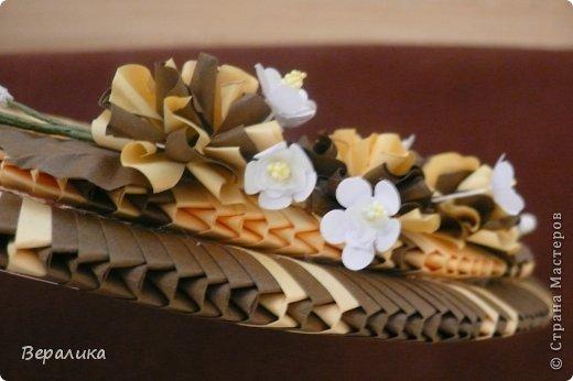 Сегодня я решила показать вам, дорогие мастерицы и мастера,бабочку в рамочке.При ее изготовлении использованы полоски шириной 3мм светло- желтого и коричневого цвета.Фон- бумага для скрапа светло-бежевого цвета с нарисоваными белыми цветочками, которые я сделала объемными с помощью дырокола. фото 14