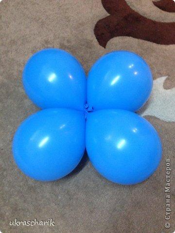 Добрый день! Сегодня мк еще одной фигурки...для тех..кто любит радовать детей))) к слову подарки из воздушных шаров любят и дети и взрослые!)) Делать будем мишку или еще одну собачку...кому как фантазия позволяет))) Для работы нам понадобятся: - 6 шарика 12 дюймовых голубого цвета...или 5 шариков и один линколун ( об этом чуть позже) - 3 шарика 5 дюймовых белых - один пятидюймовый шарик черный для носика - 4 голубых 5 дюймовых шарика - 2 шдм 260 ( шдм-шары для моделирования...в простонародье шарики сосиски))) для ручек - один маленький шарик для грузика любого цвета - перманентные маркеры бусинки...(в моем случае витаминки ревит....по моему мнению это идеальный вариант...даже если ребенок прокусит фигурку...что в моей практике случалось...бусинка-витаминка...не причинит ему вреда) - обрезки шдм - пара рук и отличное настроение..это как обычно))) фото 2