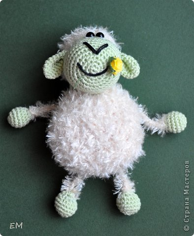 Всем снова здравствуйте! Как говорится готовь сани летом...вот и я всегда вяжу свои символы нового года именно летом. Например на даче) Вот  такая получилась первая партия овечек... фото 6
