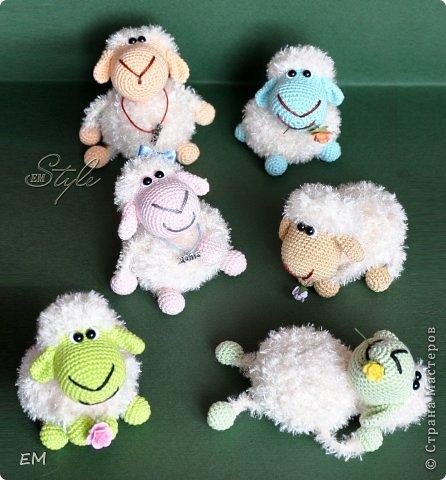 Всем снова здравствуйте! Как говорится готовь сани летом...вот и я всегда вяжу свои символы нового года именно летом. Например на даче) Вот  такая получилась первая партия овечек... фото 9