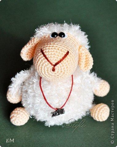 Всем снова здравствуйте! Как говорится готовь сани летом...вот и я всегда вяжу свои символы нового года именно летом. Например на даче) Вот  такая получилась первая партия овечек... фото 7
