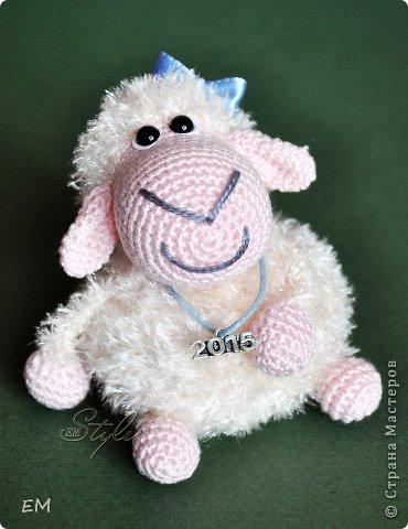 Всем снова здравствуйте! Как говорится готовь сани летом...вот и я всегда вяжу свои символы нового года именно летом. Например на даче) Вот  такая получилась первая партия овечек... фото 8