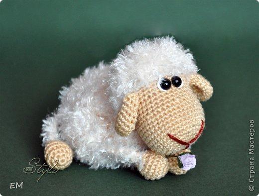 Всем снова здравствуйте! Как говорится готовь сани летом...вот и я всегда вяжу свои символы нового года именно летом. Например на даче) Вот  такая получилась первая партия овечек... фото 2