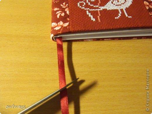 """Этот пост посвящен изготовлению мягкой обложки для книги. Свою первую обложечку я вам уже показывала: http://stranamasterov.ru/node/488389 Это вторая :) Процесс шитья такой же. В Стране я видела разные МК по изготовлению мягких обложек, НО - эта съемная и может путешествовать с одной книги на другую :) Тут придется сшивать детали, но я, так как не являюсь владельцем швейной машинки, делала все на руках и, как видите, все вполне получается :) А еще это отличный вариант """"пристроить"""" какую-нибудь вышивку - эта птичка у меня почти год ждала своего часа :) фото 37"""