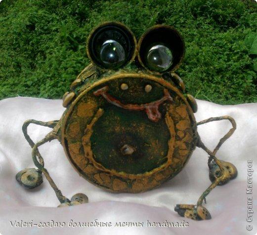 Ещё раз, всем привет!!! Сегодня хочу показать вот такое моё баловство: копилка-жабка Пупырка-бугорчастая))) Было их две, но первую не успели даже сфоткать, выпросили, так, что Вашему вниманию представляется одна, но в компании с новой мушкой))) Вдохноители мои: Анюта с её мухолётами(https://stranamasterov.ru/node/799594?t=451) и Анютина последовательница Pinо с очароватеьной жабкой(https://stranamasterov.ru/node/803801) ---спасибо, девчонки-большущее!!!!!!! фото 16