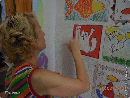 Дети любят рисовать на обоях (особенно на новых и дорогих!). Родители их за это ругают. Мои дети этим не грешили, а мне этого очень хотелось. Я бы и сама не прочь порисовать на стене. Во время ремонта детской комнаты родилась идея: наклеили белые обои, купили разных цветов колер и нарисовали узоры, какие захотелось. А в коридоре оставили белое поле для рисунков в рамочках.  фото 4