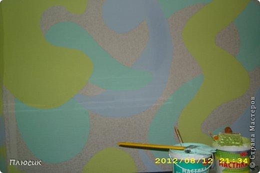Дети любят рисовать на обоях (особенно на новых и дорогих!). Родители их за это ругают. Мои дети этим не грешили, а мне этого очень хотелось. Я бы и сама не прочь порисовать на стене. Во время ремонта детской комнаты родилась идея: наклеили белые обои, купили разных цветов колер и нарисовали узоры, какие захотелось. А в коридоре оставили белое поле для рисунков в рамочках.  фото 7