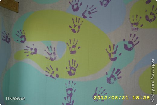 Дети любят рисовать на обоях (особенно на новых и дорогих!). Родители их за это ругают. Мои дети этим не грешили, а мне этого очень хотелось. Я бы и сама не прочь порисовать на стене. Во время ремонта детской комнаты родилась идея: наклеили белые обои, купили разных цветов колер и нарисовали узоры, какие захотелось. А в коридоре оставили белое поле для рисунков в рамочках.  фото 8