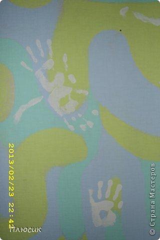 Дети любят рисовать на обоях (особенно на новых и дорогих!). Родители их за это ругают. Мои дети этим не грешили, а мне этого очень хотелось. Я бы и сама не прочь порисовать на стене. Во время ремонта детской комнаты родилась идея: наклеили белые обои, купили разных цветов колер и нарисовали узоры, какие захотелось. А в коридоре оставили белое поле для рисунков в рамочках.  фото 9