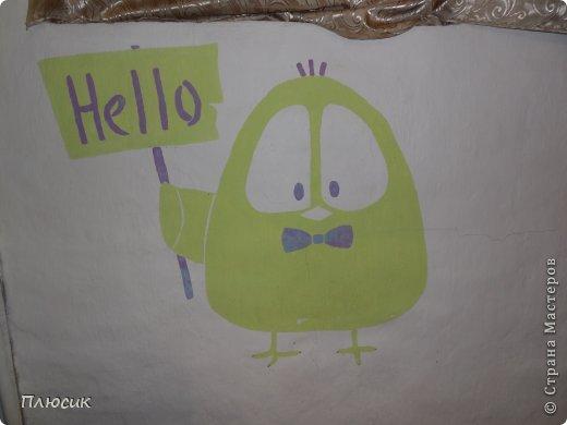 Дети любят рисовать на обоях (особенно на новых и дорогих!). Родители их за это ругают. Мои дети этим не грешили, а мне этого очень хотелось. Я бы и сама не прочь порисовать на стене. Во время ремонта детской комнаты родилась идея: наклеили белые обои, купили разных цветов колер и нарисовали узоры, какие захотелось. А в коридоре оставили белое поле для рисунков в рамочках.  фото 11