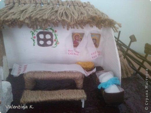 """Здравствуйте соседи! Представляю вам мини макет кубанского подворья казаков. Макет изготовлен для проекта в детском саду, поможет детям узнать быт и традиции Кубанских казаков. Примерно так выглядела хата на Кубани. Хата выглядит в разрезе, чтоб увидеть примерное расположение мебели и удобства. В углу находились иконы с рушниками, в центре комнаты стоял стол с лавками, люлька с малышом, ну и конечно русская печь, на печи раньше спали, как взрослые, так и дети. Под иконами стоит сундук с приданным. Макет маленький, особо не разгуляться, в плане мебели. Во дворе стоял колодец """"журавль"""", грядки с огородом, ну и конечно скотинка: коровка, свинка, курочки. Крыша хаты была крыта соломой, в моём исполнение шпагат заменяет солому. Так же обтянула шпагатом колодец, стол, лавку. Печь, огород, пол хаты, земля, казак с казачкой выполнены в технике папье-маше. Ограда, сарай из газетных трубочек. Наша культура на Кубани, чем то схожа с культурой Украинского народа, даже старые люди в станицах досих пор балакают. фото 5"""