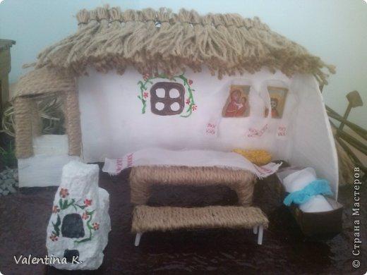 """Здравствуйте соседи! Представляю вам мини макет кубанского подворья казаков. Макет изготовлен для проекта в детском саду, поможет детям узнать быт и традиции Кубанских казаков. Примерно так выглядела хата на Кубани. Хата выглядит в разрезе, чтоб увидеть примерное расположение мебели и удобства. В углу находились иконы с рушниками, в центре комнаты стоял стол с лавками, люлька с малышом, ну и конечно русская печь, на печи раньше спали, как взрослые, так и дети. Под иконами стоит сундук с приданным. Макет маленький, особо не разгуляться, в плане мебели. Во дворе стоял колодец """"журавль"""", грядки с огородом, ну и конечно скотинка: коровка, свинка, курочки. Крыша хаты была крыта соломой, в моём исполнение шпагат заменяет солому. Так же обтянула шпагатом колодец, стол, лавку. Печь, огород, пол хаты, земля, казак с казачкой выполнены в технике папье-маше. Ограда, сарай из газетных трубочек. Наша культура на Кубани, чем то схожа с культурой Украинского народа, даже старые люди в станицах досих пор балакают. фото 9"""