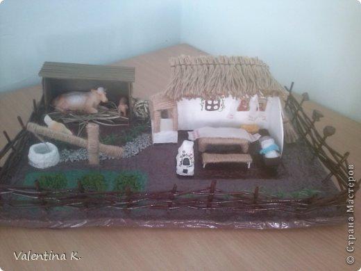 """Здравствуйте соседи! Представляю вам мини макет кубанского подворья казаков. Макет изготовлен для проекта в детском саду, поможет детям узнать быт и традиции Кубанских казаков. Примерно так выглядела хата на Кубани. Хата выглядит в разрезе, чтоб увидеть примерное расположение мебели и удобства. В углу находились иконы с рушниками, в центре комнаты стоял стол с лавками, люлька с малышом, ну и конечно русская печь, на печи раньше спали, как взрослые, так и дети. Под иконами стоит сундук с приданным. Макет маленький, особо не разгуляться, в плане мебели. Во дворе стоял колодец """"журавль"""", грядки с огородом, ну и конечно скотинка: коровка, свинка, курочки. Крыша хаты была крыта соломой, в моём исполнение шпагат заменяет солому. Так же обтянула шпагатом колодец, стол, лавку. Печь, огород, пол хаты, земля, казак с казачкой выполнены в технике папье-маше. Ограда, сарай из газетных трубочек. Наша культура на Кубани, чем то схожа с культурой Украинского народа, даже старые люди в станицах досих пор балакают. фото 1"""