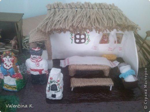 """Здравствуйте соседи! Представляю вам мини макет кубанского подворья казаков. Макет изготовлен для проекта в детском саду, поможет детям узнать быт и традиции Кубанских казаков. Примерно так выглядела хата на Кубани. Хата выглядит в разрезе, чтоб увидеть примерное расположение мебели и удобства. В углу находились иконы с рушниками, в центре комнаты стоял стол с лавками, люлька с малышом, ну и конечно русская печь, на печи раньше спали, как взрослые, так и дети. Под иконами стоит сундук с приданным. Макет маленький, особо не разгуляться, в плане мебели. Во дворе стоял колодец """"журавль"""", грядки с огородом, ну и конечно скотинка: коровка, свинка, курочки. Крыша хаты была крыта соломой, в моём исполнение шпагат заменяет солому. Так же обтянула шпагатом колодец, стол, лавку. Печь, огород, пол хаты, земля, казак с казачкой выполнены в технике папье-маше. Ограда, сарай из газетных трубочек. Наша культура на Кубани, чем то схожа с культурой Украинского народа, даже старые люди в станицах досих пор балакают. фото 2"""
