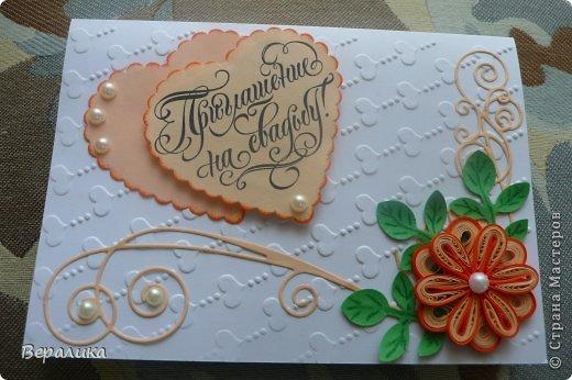 Вот настала и моя пора взяться за пригласительные на свадьбу.Захотела невеста, чтобы они были выполнены в технике квиллинга  в персиковом и розовом тонах.Сделала первую на белом фоне, а чего-то не хватало. Тогда сделала тиснение на первой страничке и открыточка заиграла.Полосочки были от яркого оранжевого до бледно оранжевого. Ну еще и вырубку сделала для красоты.Сегодня я покажу вам только первую часть приглашений в персиковом тоне ( каждой уже сделано по три штучки- на большее не хватает терпения, чтобы штамповать одинаковыми, что-то все равно да изменяю).Что получается- судить вам, мастерици и мастера... фото 3