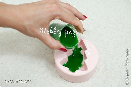 Для работы нам понадобятся следующие ингредиенты и инструменты: Микроволновая печь Нож 100 гр профессиональной мыльной основы Красители Аромат Спирт Пипетка, стеклянная палочка для размешивания, и набор посуды (у нас лабораторные стаканы) для плавления мыльной основы Формочка Чтобы мыльная основа быстрее расплавилась, мы режем ее на маленькие кусочки и помещаем в емкость, в которой будем ее плавить. Мы сразу режем мыльную основу в несколько стаканов по количеству цветов, необходимых для заливки. Топим основу в микроволновке, при средней мощности, не более 400 Вт. Внимательно следим, что бы основа не перегревалась и не вскипала. Когда основа будет жидкая, добавляем две капли ухаживающего масла, каплю красителя и две капли аромата. Хорошо все перемешиваем, набираем в пипетку и начинаем работу. фото 5