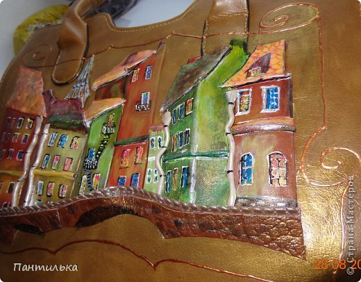 """Картина  на сумке выполнена из натуральной кожи.Размер сумки 35х25х10. """"Мой городок"""" фото 3"""
