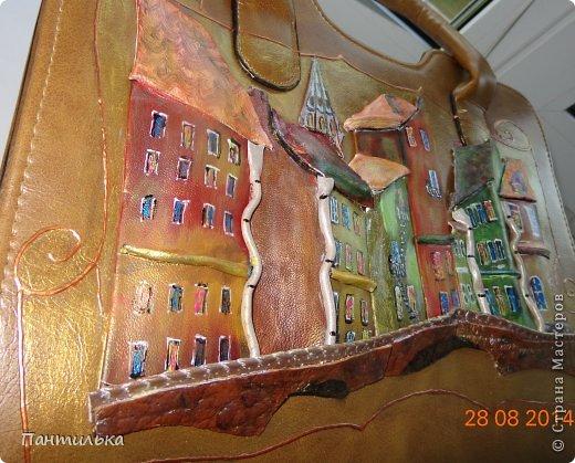 """Картина  на сумке выполнена из натуральной кожи.Размер сумки 35х25х10. """"Мой городок"""" фото 2"""