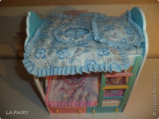 """В моём кукольном домике начался период """"обживания-обшивания"""". Первым делом встал вопрос о """"приобретении"""" (или скорее - придумывании) постельных принадлежностей для кроватей (двуспальной, двухъярусной, колыбели и других): из каких материалов (но чтобы они обязательно были прочные, по возможности немаркие, приятные на ощупь) и какой цветовой гаммы тканей. Потом я сразу решила, что в моём кукольном домике просто необходимо иметь комплекты постельного белья для каждой кровати (и желательно по два). Причем постельное бельё надо сшить такое, чтобы дочка могла свободно снимать его сама, а я - стирать по мере необходимости. Итак, кукольная спальня. Двуспальная кровать кукольных родителей пока выглядит так. фото 22"""