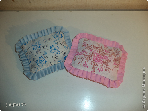 """В моём кукольном домике начался период """"обживания-обшивания"""". Первым делом встал вопрос о """"приобретении"""" (или скорее - придумывании) постельных принадлежностей для кроватей (двуспальной, двухъярусной, колыбели и других): из каких материалов (но чтобы они обязательно были прочные, по возможности немаркие, приятные на ощупь) и какой цветовой гаммы тканей. Потом я сразу решила, что в моём кукольном домике просто необходимо иметь комплекты постельного белья для каждой кровати (и желательно по два). Причем постельное бельё надо сшить такое, чтобы дочка могла свободно снимать его сама, а я - стирать по мере необходимости. Итак, кукольная спальня. Двуспальная кровать кукольных родителей пока выглядит так. фото 24"""