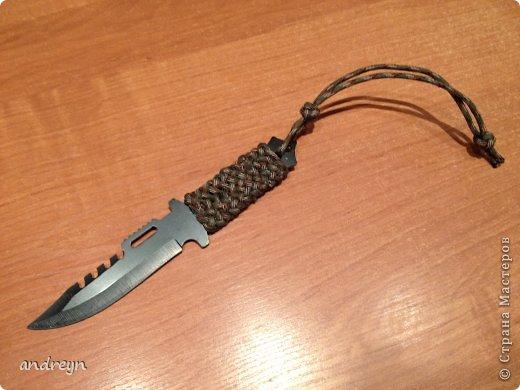 Здравствуйте. Давно хотел попробовать оплести рукоятку ножа, и вот купил дешевый китайский нож. Изначально его рукоятка была уже оплетена шнурами двух разных цветов -- шнуры были без сердечника 8-ми прядного плетения. Сфотать забыл, даже и голый нож тоже не сфотал, так что придется сравнивать разные варианты между собой. Я взял паракорд. Это один из вариантов наиболее часто встречающийся при оплетке. фото 11