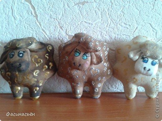 Между делом шью новую мини отару.Эти овечки магниты на холодильник,а ещё будут овечки-подвески на ёлку. фото 11