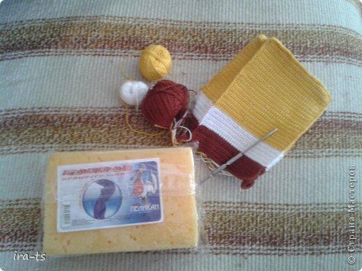 У моих детей Губка Боб – один из любимых мультиков. Как-то в хозяйственном купила банную губку желтого цвета. Дочка сразу сказала, что это Спанч Боб, поэтому я решила связать губке костюм Губки Боба ))). Прежде всего вдохновлялась работами Беловой Елены https://stranamasterov.ru/user/7365  фото 5