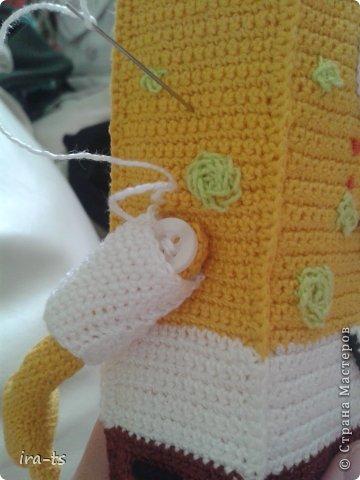 У моих детей Губка Боб – один из любимых мультиков. Как-то в хозяйственном купила банную губку желтого цвета. Дочка сразу сказала, что это Спанч Боб, поэтому я решила связать губке костюм Губки Боба ))). Прежде всего вдохновлялась работами Беловой Елены https://stranamasterov.ru/user/7365  фото 7