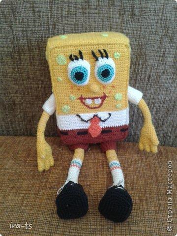 У моих детей Губка Боб – один из любимых мультиков. Как-то в хозяйственном купила банную губку желтого цвета. Дочка сразу сказала, что это Спанч Боб, поэтому я решила связать губке костюм Губки Боба ))). Прежде всего вдохновлялась работами Беловой Елены https://stranamasterov.ru/user/7365  фото 1