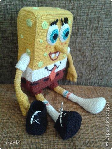 У моих детей Губка Боб – один из любимых мультиков. Как-то в хозяйственном купила банную губку желтого цвета. Дочка сразу сказала, что это Спанч Боб, поэтому я решила связать губке костюм Губки Боба ))). Прежде всего вдохновлялась работами Беловой Елены https://stranamasterov.ru/user/7365  фото 3