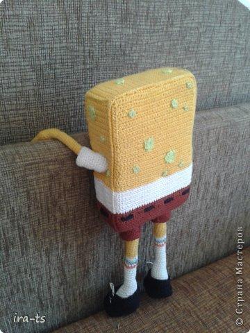 У моих детей Губка Боб – один из любимых мультиков. Как-то в хозяйственном купила банную губку желтого цвета. Дочка сразу сказала, что это Спанч Боб, поэтому я решила связать губке костюм Губки Боба ))). Прежде всего вдохновлялась работами Беловой Елены https://stranamasterov.ru/user/7365  фото 4