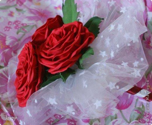 Сегодня хочу показать вам букетик из 3 роз. Если его конечно можно так назвать. Вообще-то я хотела сотворить себе свадебный букет, но все же решили, что букет должен быть живым. Вот я и не стала его делать дальше, а закончила 3 розами. Чуть позже сделала листочки и оформила.... фото 3