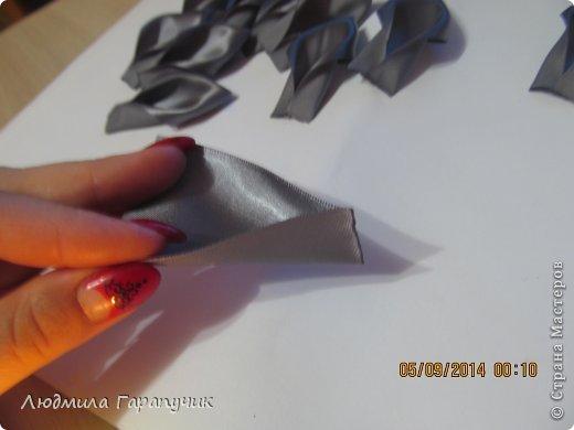 вот такая хризантемка  для работы нам потребуется: атласные ленты двух цветов, пуговица, ножницы, линейка, свеча, клеевой пистолет, немного картона(для основы), заколка,резинка или невидимка и желание творить! фото 3