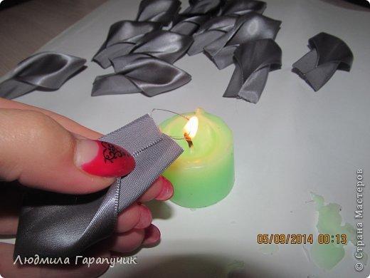 вот такая хризантемка  для работы нам потребуется: атласные ленты двух цветов, пуговица, ножницы, линейка, свеча, клеевой пистолет, немного картона(для основы), заколка,резинка или невидимка и желание творить! фото 5