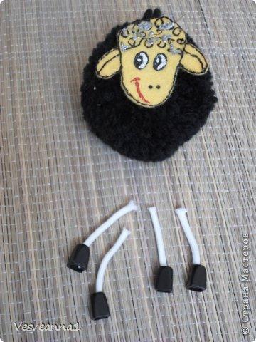 Игрушка Мастер-класс Новый год Моделирование конструирование Овечки из помпонов Нитки Помпоны фото 15
